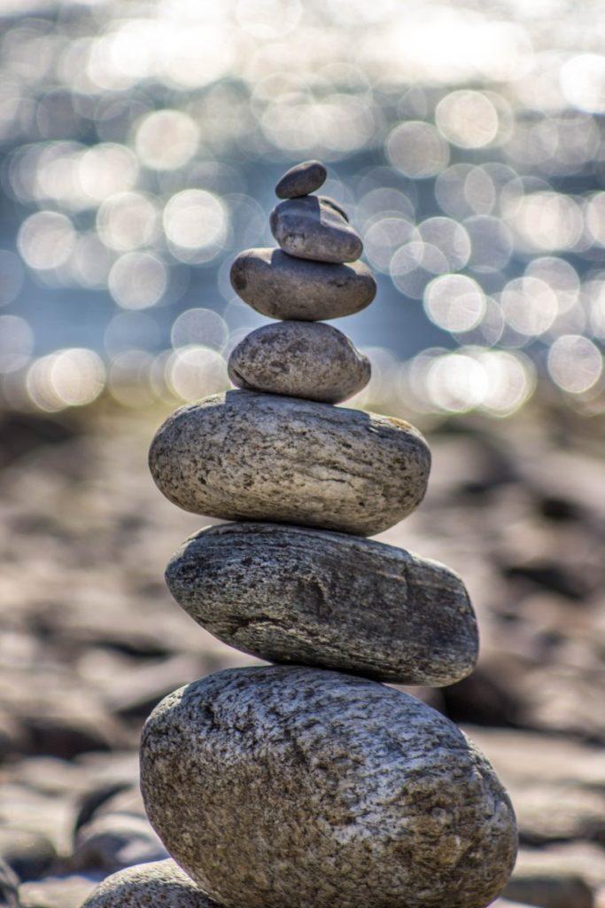 Galets formant une pile en équilibre