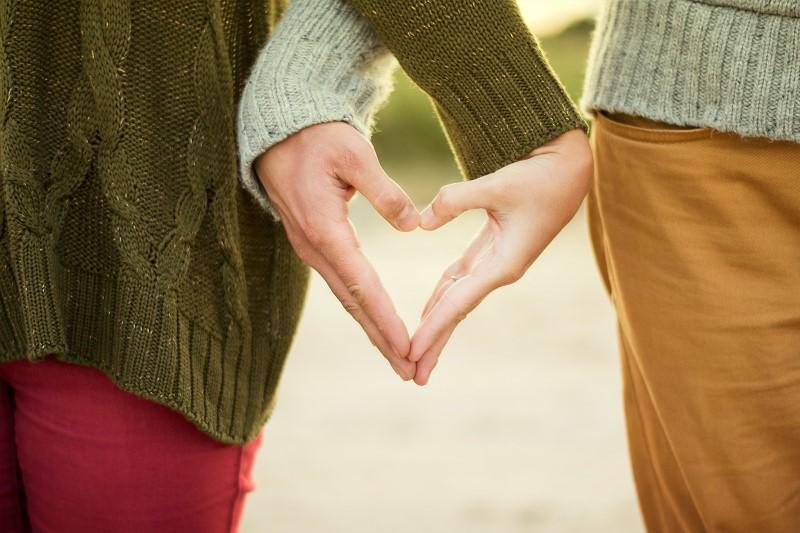 Deux mains qui forment un cœur