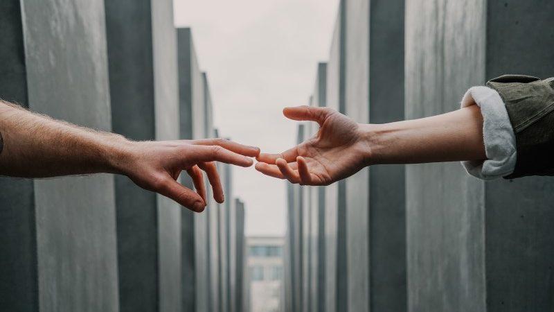 Deux mains qui se rejoignent par le boût des doigts