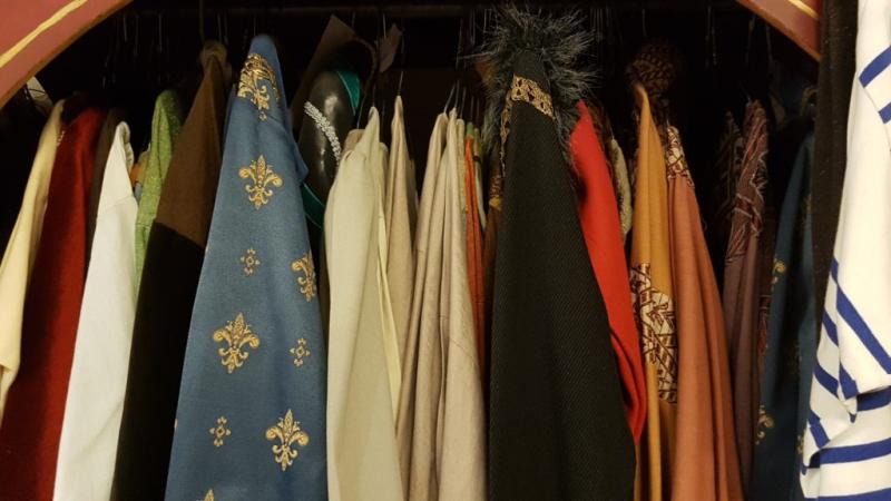 Des costumes médiévaux sur une tringle