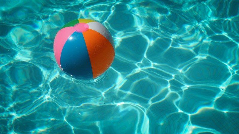 Ballon gonflable flottant sur l'eau d'une piscine