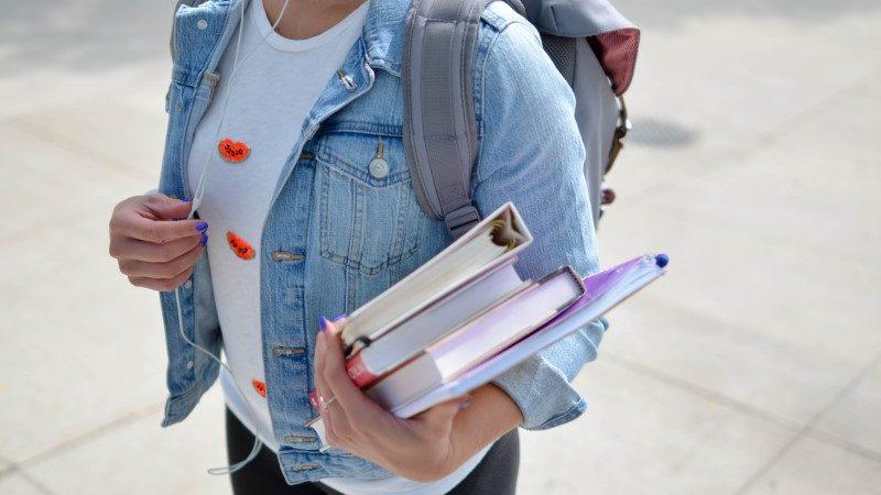 Une étudiante avec ses livres et classeurs